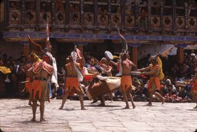Dance of the Ging with drums (rnga ging) from the entourage of Guru Rinpoche chasing away a wrathful deity (tshogs gling), Paro Tshechu (tshe bcu), 5th day (Paro, Bhutan)